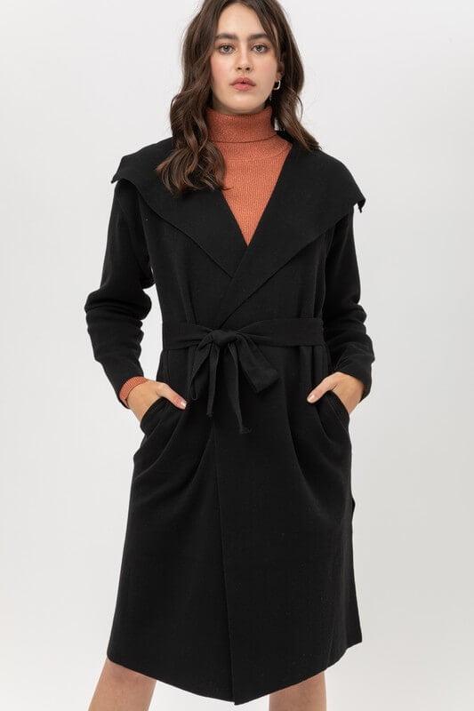 Abrigo 3/4 con solapa amplia, de amarrar y bolsas